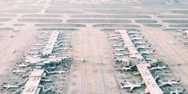 Luftaufnahme eine Flughafens im Dunst
