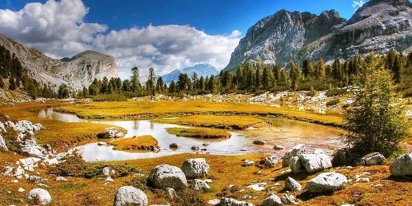 Eine Gebirgslandschaft mit einem kleinen Fluß