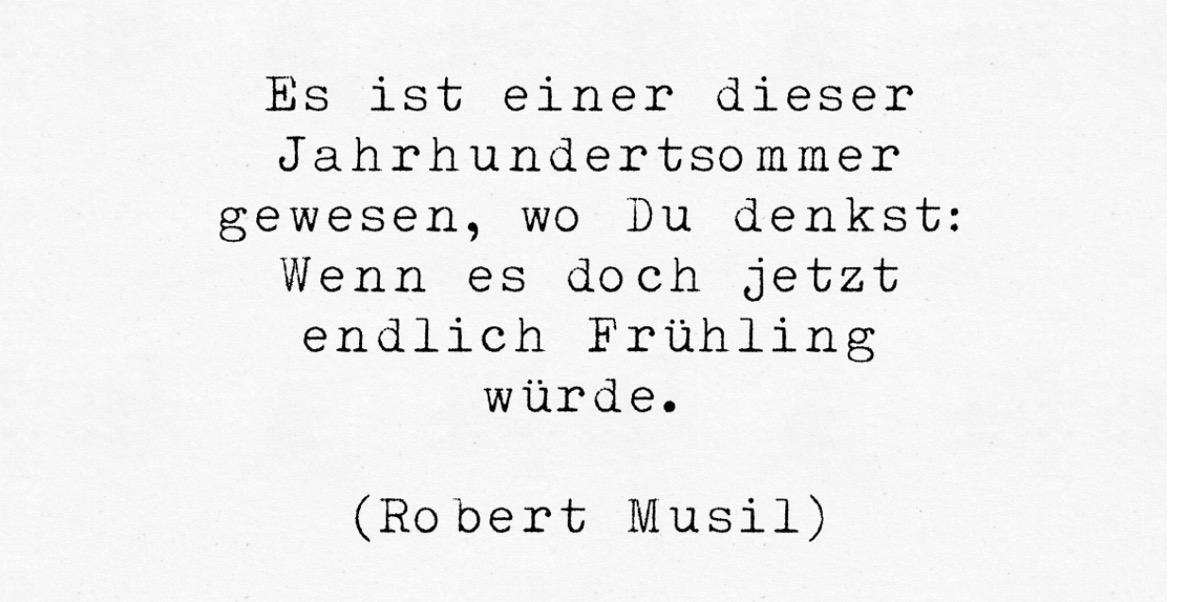 Mit Schreibmaschine getipptes Zitat von Robert Musil: Es ist einer dieser Jahrhunertsommer, wo Du denkst: Wenn es doch jetzt endlich Frühling würde
