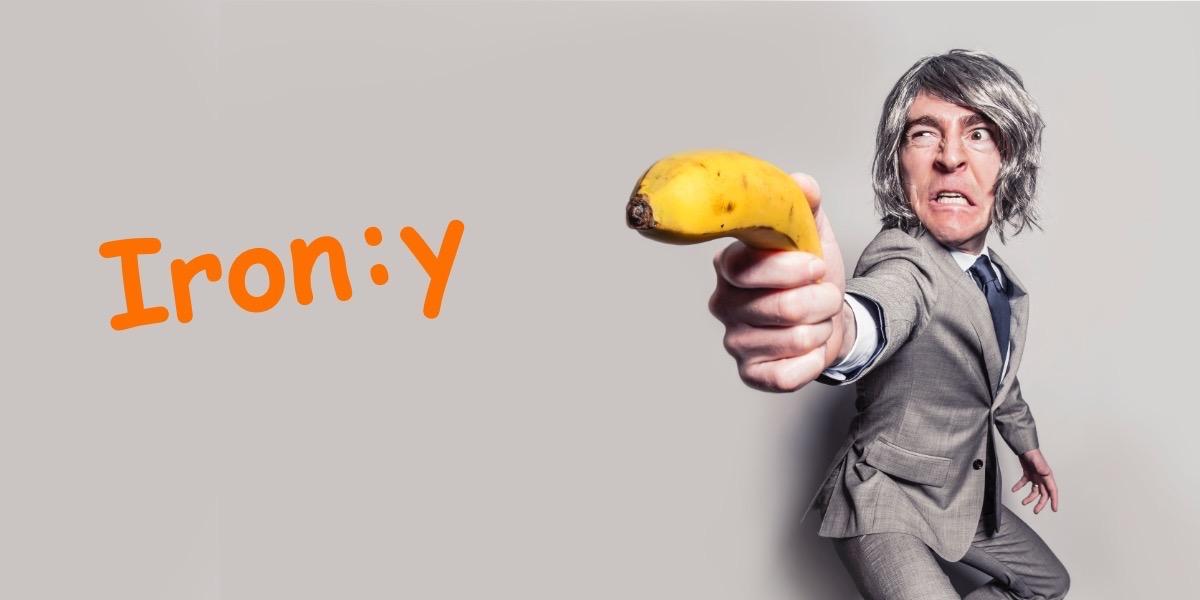 Ein verkleideter Mann hält eine Banane wie eine Pistole