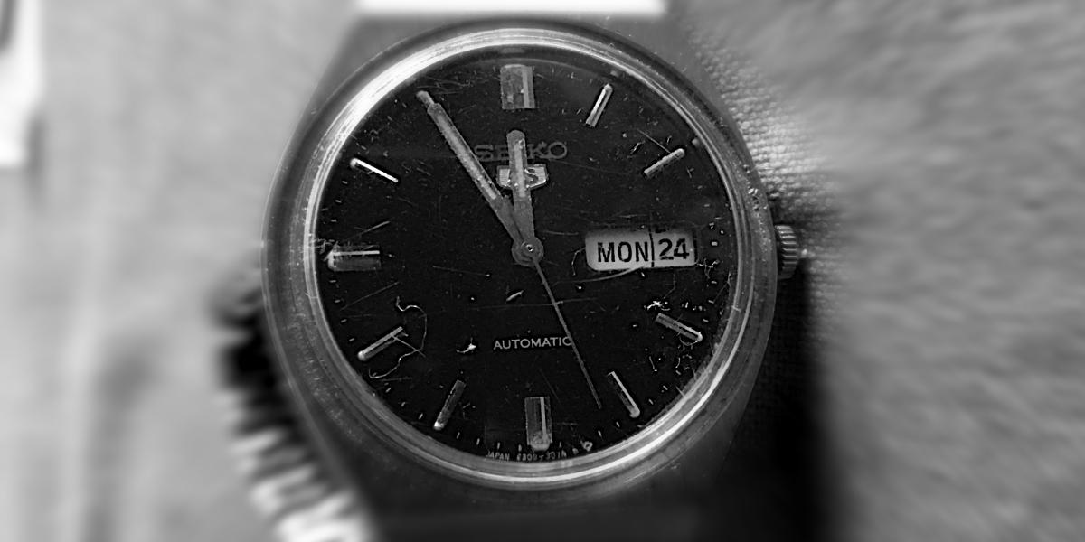 Eine Uhr, die Zeiger stehen auf 5 vor 12